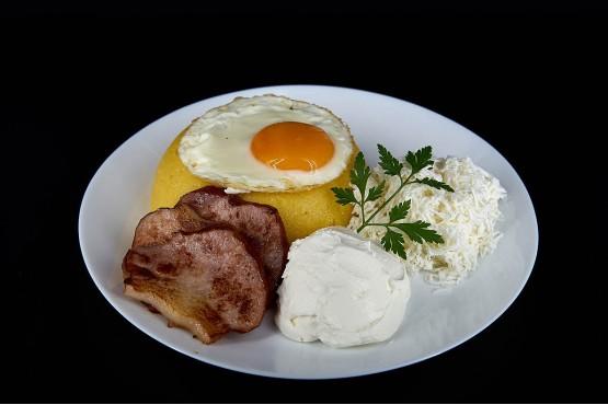 Mamaliguta cu branza, smantana, bacon si ou