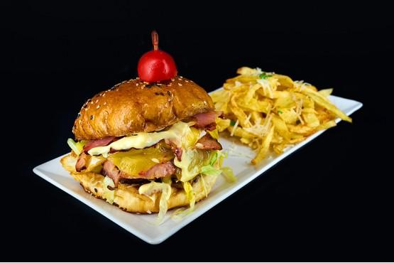 Burger de vita cu ou si cartofi pai , 550gr