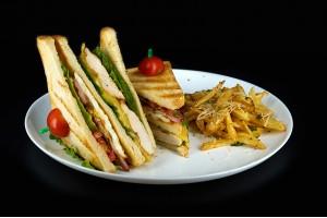 Sandwich club si cartofi pai cu usturoi, parmezan si patrunjel