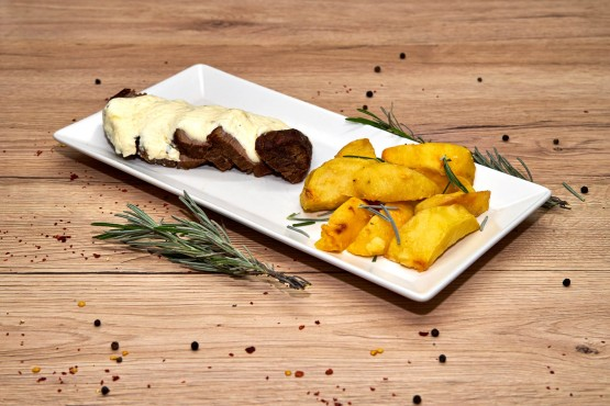 Muschi de vita cu sos gorgonzola si cartofi la cuptor cu rozmarin